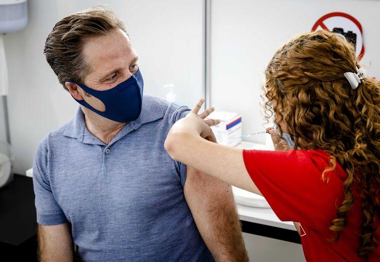Demissionair minister Hugo de Jonge (Volksgezondheid) heeft vrijdag zijn eerste vaccinatie tegen het coronavirus gekregen.  Beeld ANP