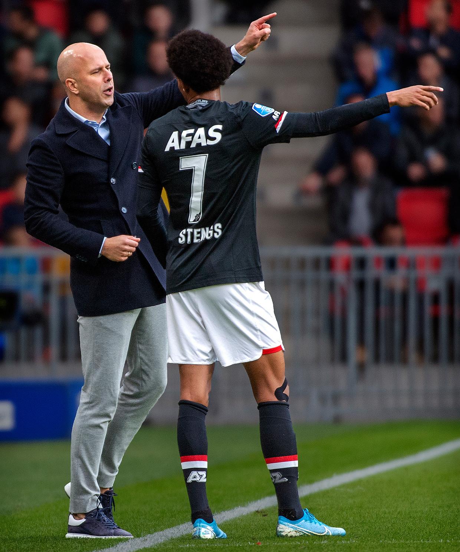 Arne Slot geeft Calvin Stengs aanwijzingen tijdens de wedstrijd tegen PSV afgelopen weekend.  Beeld Klaas Jan van der Weij