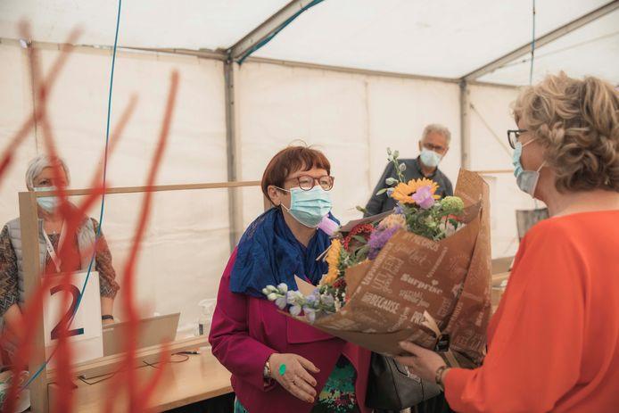 Burgemeester Veerle Heeren (CD&V) van Sint-Truiden overhandigde de bloemen aan Rachelle.