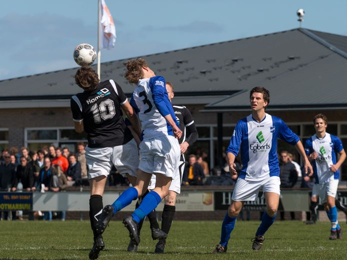 Vierdeklasser Vasse (blauw-wit) speelt onder meer de derby tegen derdeklasser Reutum.