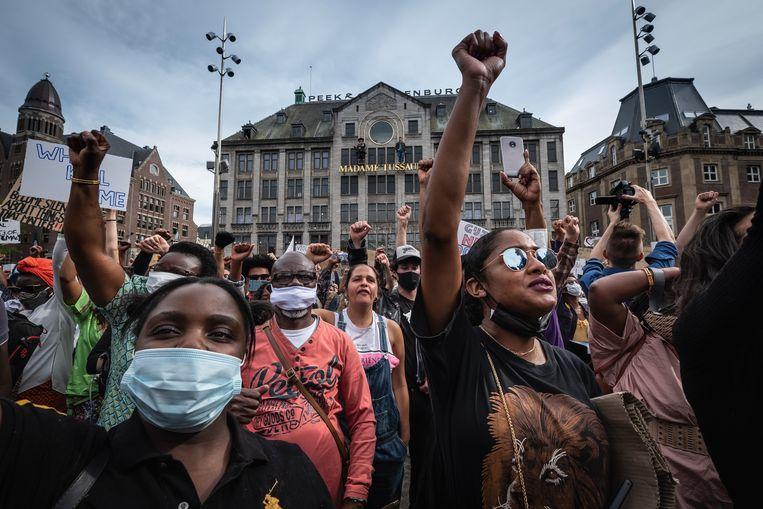 Tijdens de antiracismedemonstratie op de Dam op 1 juni kwamen duizenden mensen bij elkaar. Beeld Dingena Mol