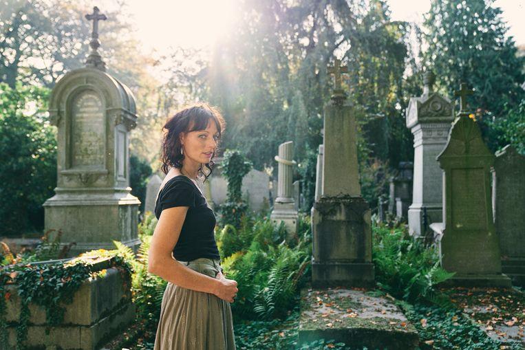 Lara Taveirne: 'Toen ik als kind mijn grootmoeder bezocht, riep ze altijd tegen ons: 'Gaan jullie maar op het kerkhof spelen!' Beeld Joris Casaer
