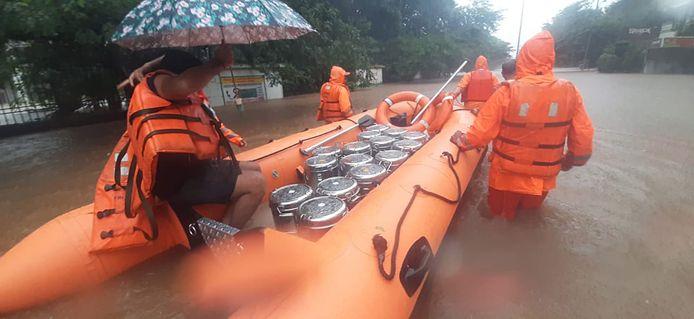 Indiase reddingswerkers arriveren in het dorp Mirjoli in de deelstaat Maharashtra.