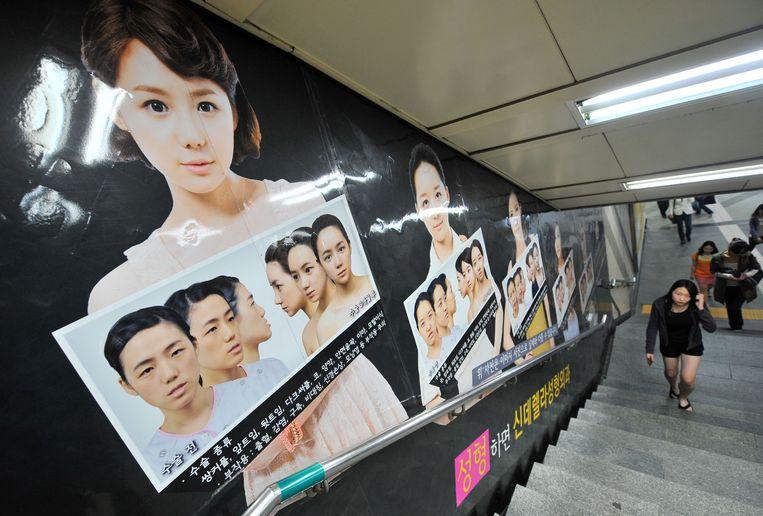 In Zuid-Korea zijn reclameboodschappen om allerlei vormen van plastische chirurgie te promoten schering en inslag.  Beeld AFP