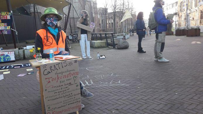 Sharon Stewart schrijft toekomstwensen op voor voorbijgangers in Arnhem tijdens de 'lenterebellie' van Instinction Rebellion Nederland.