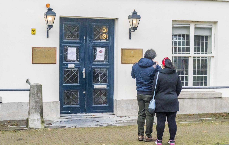Donderdagochtend vroeg schoot iemand meerdere keren op het ambassadegebouw aan de Koninginnegracht in Den Haag.