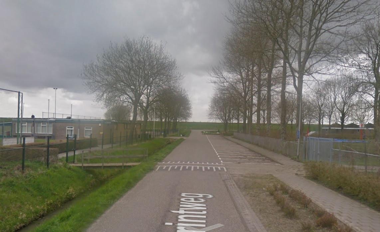 De Grintweg doorsnijdt het terrein van Kogelvangers. Verre van optimaal, meent de voetbalclub.