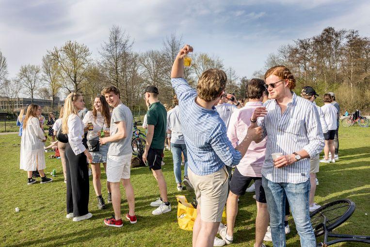 Leden van een studentenvereniging in het Amsterdamse Rembrandtpark.  Beeld Jean-Pierre Jans