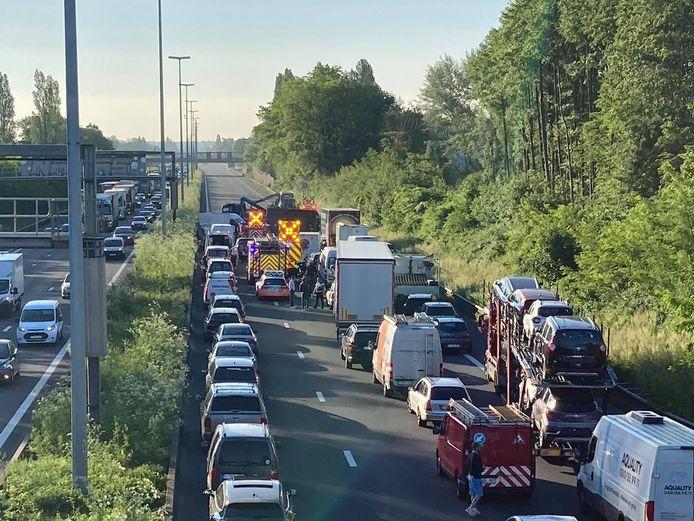 De E40 richting Brussel raakte volledig versperd