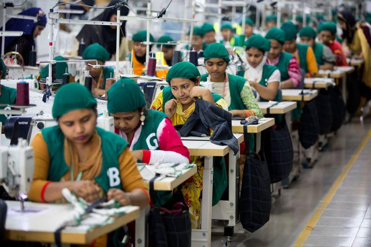 Arbeiders in een stoffenfabriek in Dhamrai, Bangladesh, 19 april 2018. Beeld AP