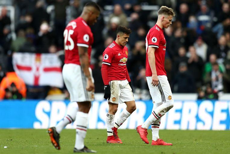 Beteuterde gezichten, onder meer bij Alexis Sanchez, na de zure nederlaag in Newcastle.