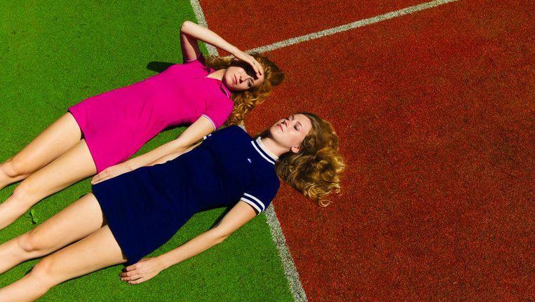 De tweeling Loes, in roze jurk, en Renée Wijnhoven. Beeld Sanja Marusic