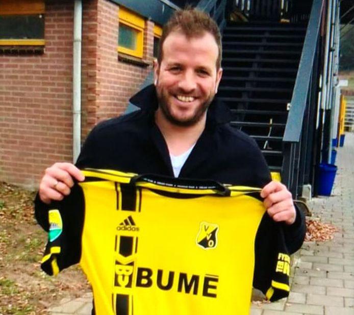 Rafael van der Vaart toont het nieuwe shirt van voetbalclub VVO uit Velp.