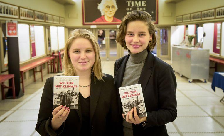 Kyra Gantois en Anuna De Wever voor hun boekpresentatie. Beeld Photo News