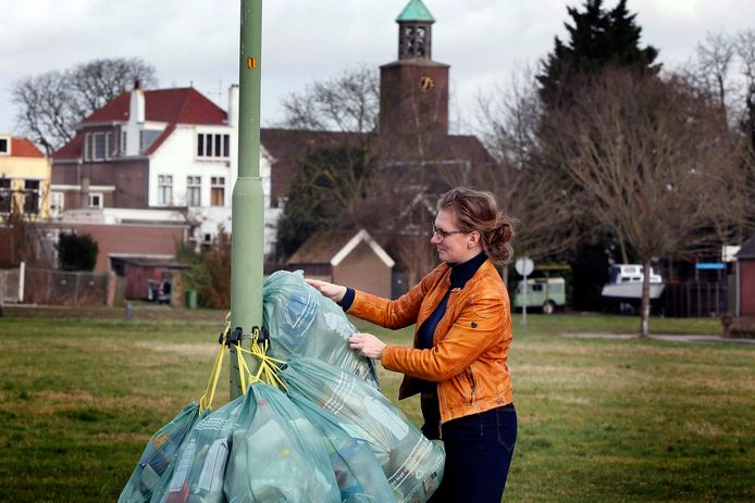 Plastic aan een lantaarnpaal, archiefbeeld uit 2017 in Werkendam.