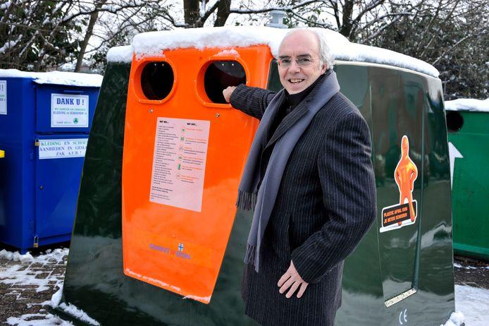 Wierden begon in januari 2010 met inzamelen van plastic afval in bovengrondse containers. Hier toont de toenmalige wethouder Theo de Putter er een.