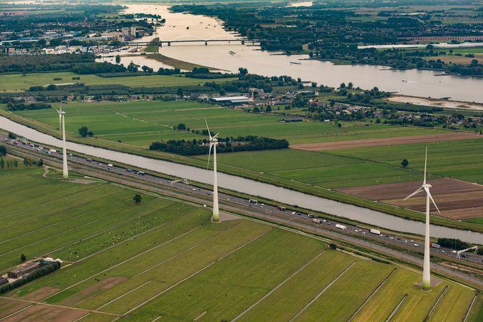 Windmolens langs de A15 nabij Hardinxveld-Giessendam. Op de achtergrond is de Merwedebrug bij Gorinchem te zien.