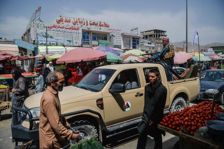 Taliban patrouilleert op een markt in Kabul, op dinsdag.   Beeld AFP