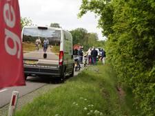 Vrouw valt van de fiets na aanrijding met brommer in Helvoirt en rolt sloot in