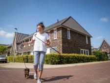 Willemien (73) uit 't Harde laat haar teckel Krummel uit met een golfclub, uit angst voor de rottweiler van de buren