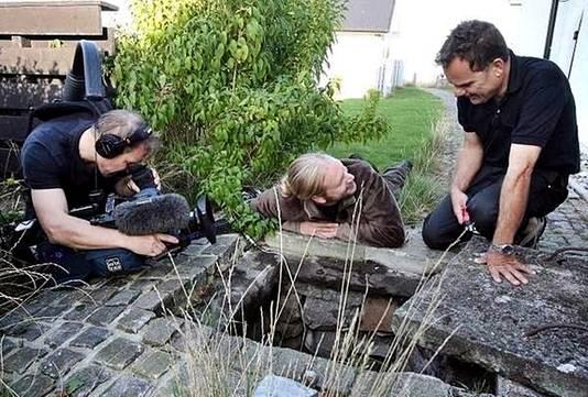 Tomas Kjallman wordt geïnterviewd bij de put waarin Åle leefde.