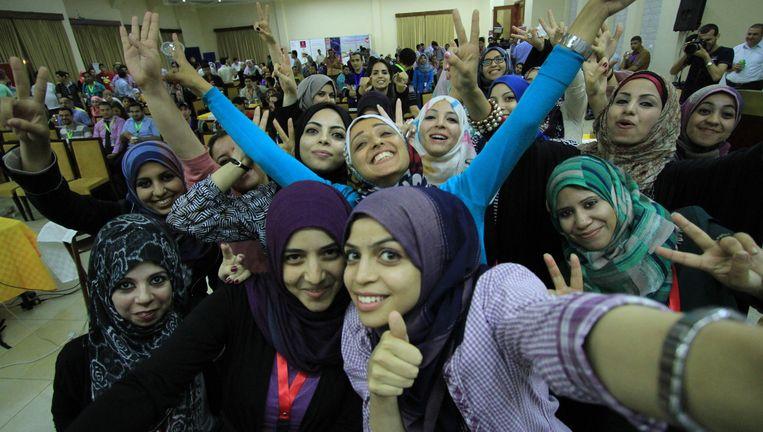 Deelneemsters aan het project Gaza Sky Geeks maken een selfie. Het percentage vrouwen dat meedoet is opvallend hoog. Beeld Magic Lens for Mercy Corps