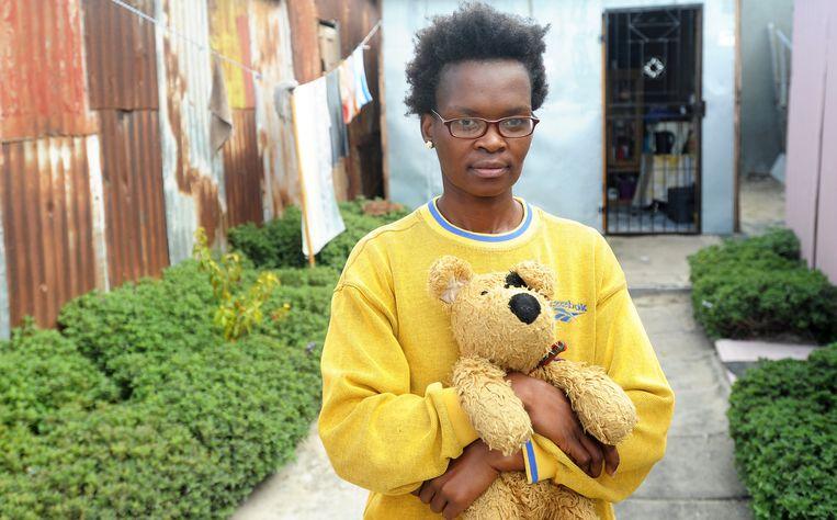 brenton geach  Woman in township Cape Town, afraid to go to toilet at night for rape 799: Buyiswa Ntsadu voor haar piepkleine huis/krot (op de achtergrond) dat zij deelt met haar vriend in de township Khayelitsha bij Kaapstad. Beeld brenton geach