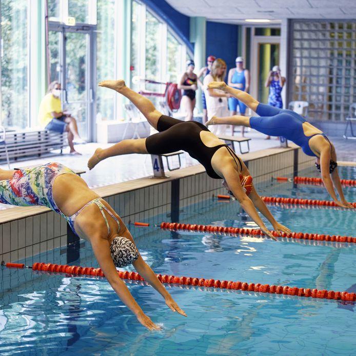 Als zwemmers over de kabels moeten klimmen om het bad te verlaten kunnen er scheuren in badkleding ontstaan.