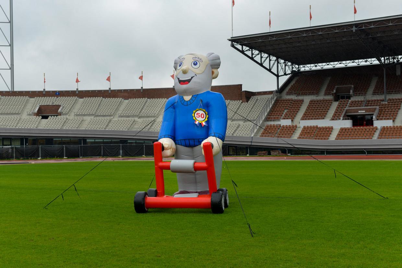 Een opblaaspop voor de tiende editie van de landelijke Rollatorloop  in het Olympisch Stadion.