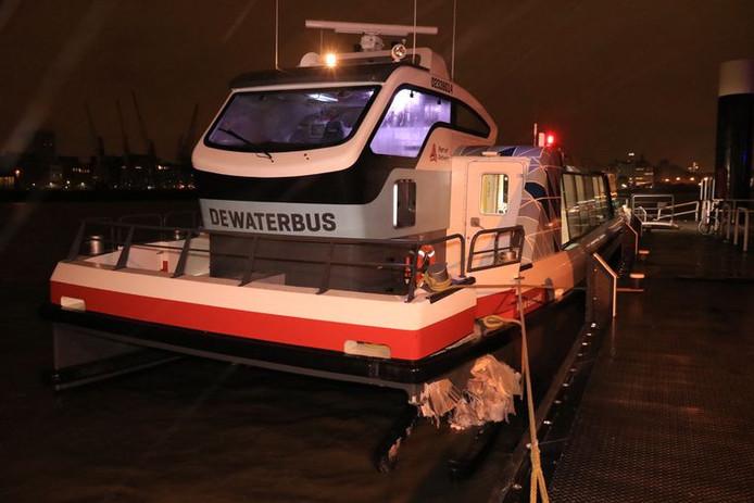 Bij het aanleggen van de Waterbus op de linkeroever botste de boot tegen een pyloon ter hoogte van de aanlegsteiger.