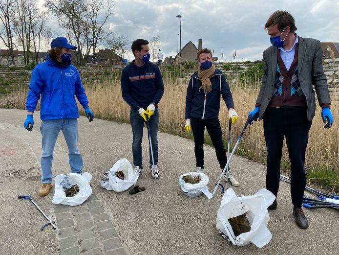 De oogst na 10 minuten, met Arno van River Cleanup, Maarten van Dokano, de schepen en de burgemeester.