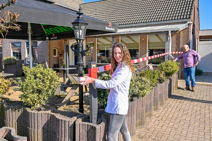 Bij café Kock wordt het terras met een rood lint afgezet. (Foto: Maaike Koch (links), Toine Koch)