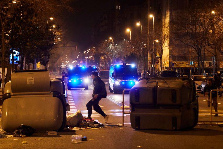 Politie grijpt in bij de rellen in het centrum van Barcelona. Beeld EPA