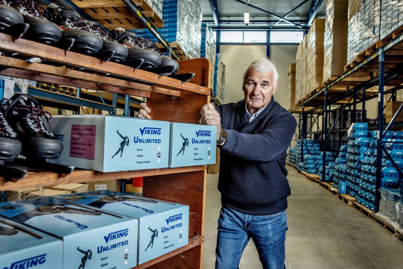 Jaap Havekotte, eigenaar van schaatsfabriek Viking profiteert momenteel van topdrukte vanwege de sneeuw en vorst.