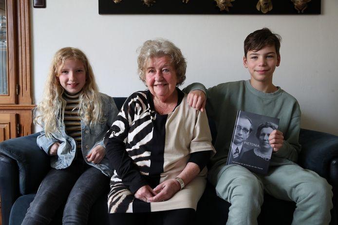 Antoinette van Deursen-van den Heuvel schreef een boek over de Van den Heuvels uit Aarle-Rixtel. Op de foto samen met kleinkinderen Rachel en Tom