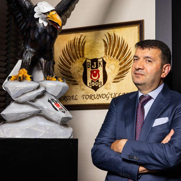 Een levensgrote adelaar, mét Besiktas-logo, siert het kantoor van Erdal Torunogullari in Den Bosch. Als bestuurslid van de Turkse topclub onderhandelt hij met spelers en clubs.