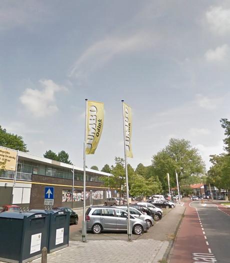 Drankrijder ramt lantaarnpaal omver in Emmeloord