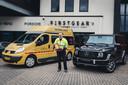 Oud-voorzitter Henk Poort van de Stichting Heart Save met AED bij een Mercedes uit de G-klass waarvoor de cheque ook aangewend had kunnen worden.
