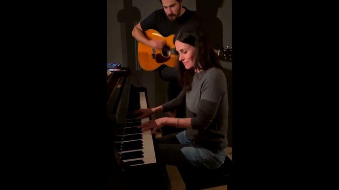 """Dans une vidéo postée sur Instagram, Courteney Cox, la mythique Monica de """"Friends"""", joue une reprise de """"I'll Be There for You"""" des Rembrandt au piano."""