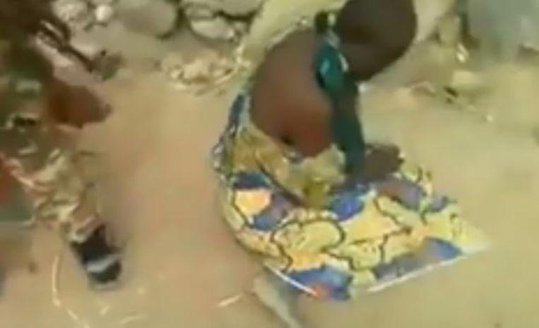 Een militair dwingt een van de vrouwen om te gaan zitten. Even later wordt ze doodgeschoten, samen met haar kind en een andere vrouw en haar kind. Beeld rv