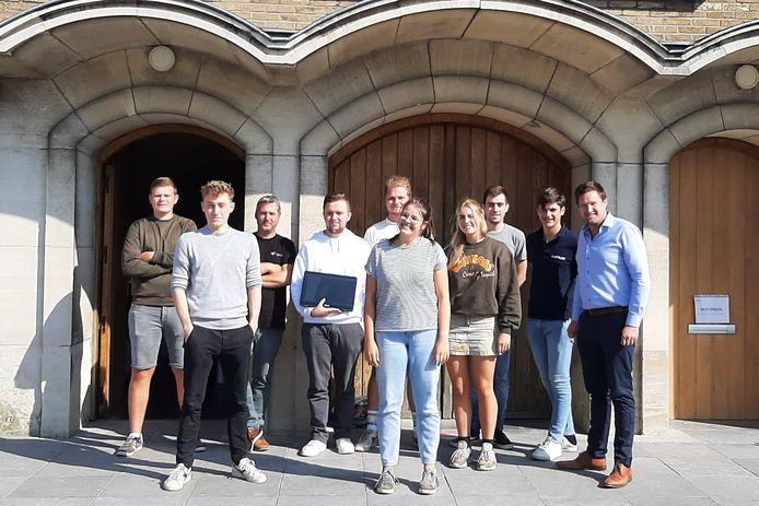 Nieuwe jeugdraadvoorzitster van Wingene Marthe omringd door de andere leden.