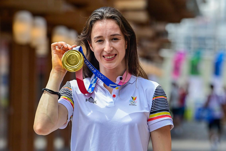 Gymnaste Nina Derwael poseert met haar gouden plak. Beeld Photo News
