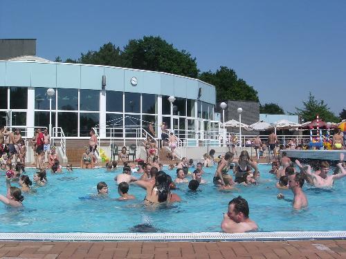 Waterpret bij het buitenzwembad van het Herentalse Netepark