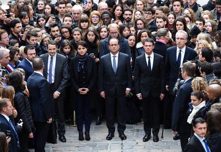 De Franse president Hollande en enkele ministers uit zijn kabinet zijn 1 minuut stil. Ze staan bij de Sorbonne-universiteit in Parijs. Beeld AFP