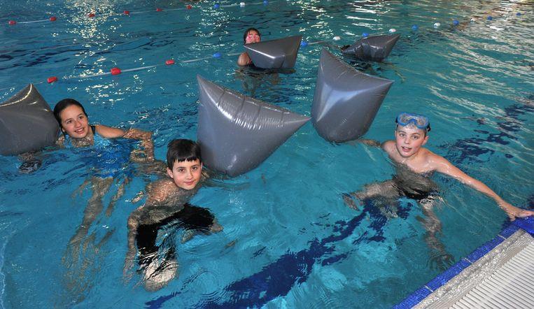 Deze zwemmers amuseren zich kostelijk met de verschillende opstakels in het water.