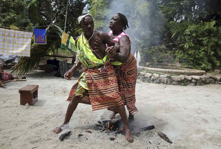 Afstammelingen van weggelopen slaven voeren een rituele dans uit in Suriname. Beeld reuters