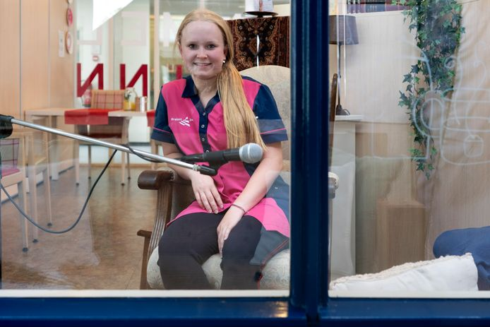 Indy Koldenhof (17) in 't Praothuys in woonzorgcentrum De Wielewaal in Zaltbommel. Op deze plek kunnen bewoners en familie met elkaar praten. Koldenhof loopt stage in Zaltbommel en studeert aan het Koning Willem 1 College in Den Bosch.
