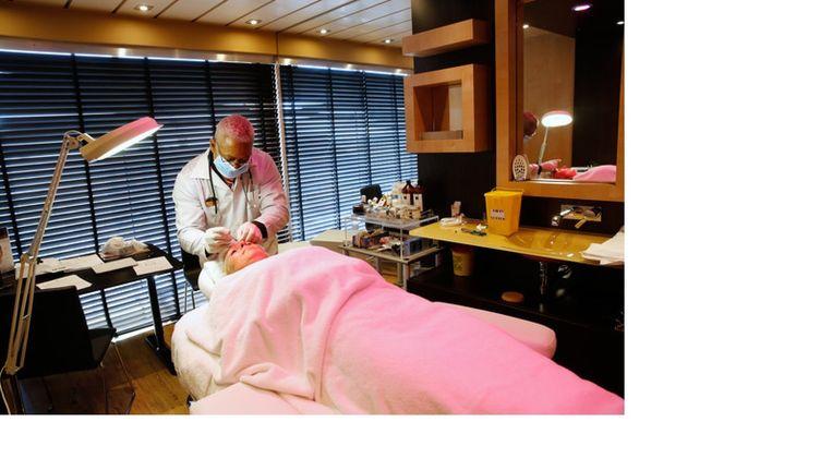 Een passagier krijgt een botoxbehandeling op een cruiseschip. Beeld null