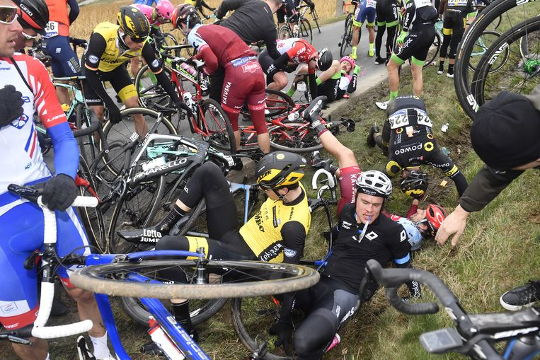 Ondanks alle veiligheidsmaatregelen gaat het ook bij de E3-Harelbeke weleens mis. 'Dat was een fout van een renner. Op een rechte weg. Daar kun je als organisatie niks aan doen.' Beeld ANP