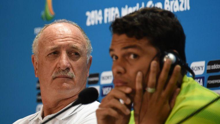 Bondscoach Scolari met captain Thiago Silva. Beeld afp